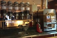 Tostatrice Tostabar Genius K1 installata su retrobanco e silos per caffè in grani a parete